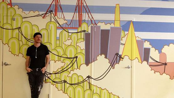 Adam Ziskie in front of 934 Howard Mural - photo credits of the artist