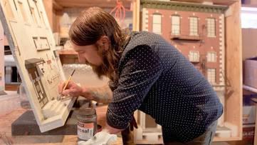Drew Leshko - Photo of the artist in his studio - Image via hahamag
