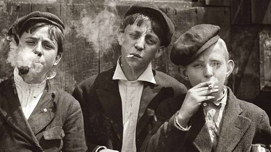 Lewis Wickes Hine - Newsies, 1910