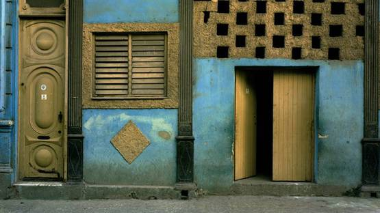 Michael Eastman - Havana - 1999-2002, Blue Facade (Detail) - Copyright Michael Eastman
