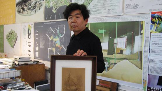 Shusaku Arakawa - with a Duchamp piece from his collection, at his studio in New York, 2009, Courtesy Reiko Tomii