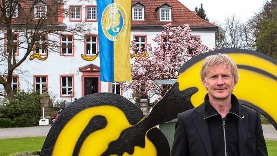 Thomas Baumgartel in front of his artwork - photo by Esser, via rundschauonlinede