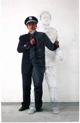 Liu Bolin - Camouflage 17 Policier 2, 2006