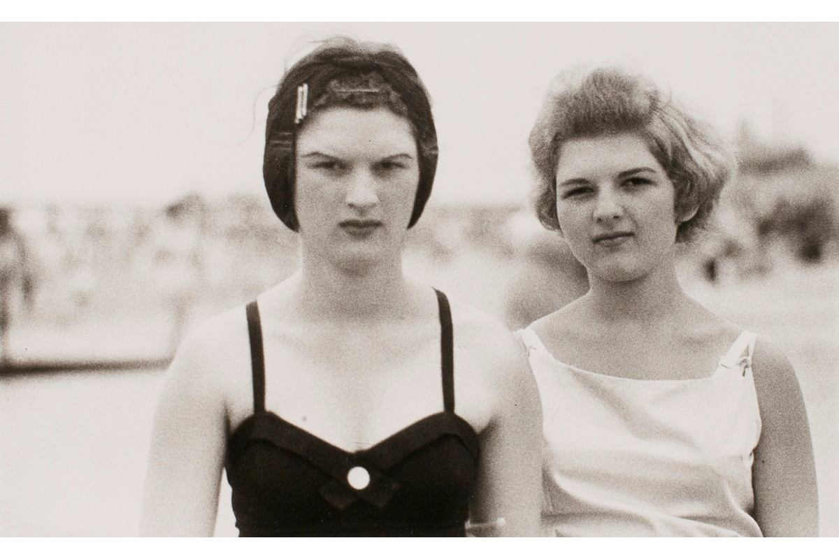 Diane Arbus - Two girls on the beach