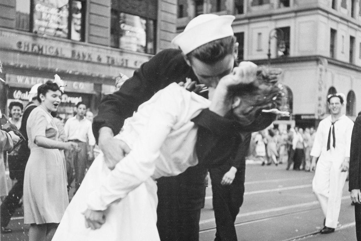 Victor Jorgensen - Kissing the War Goodbye (detail), 1945