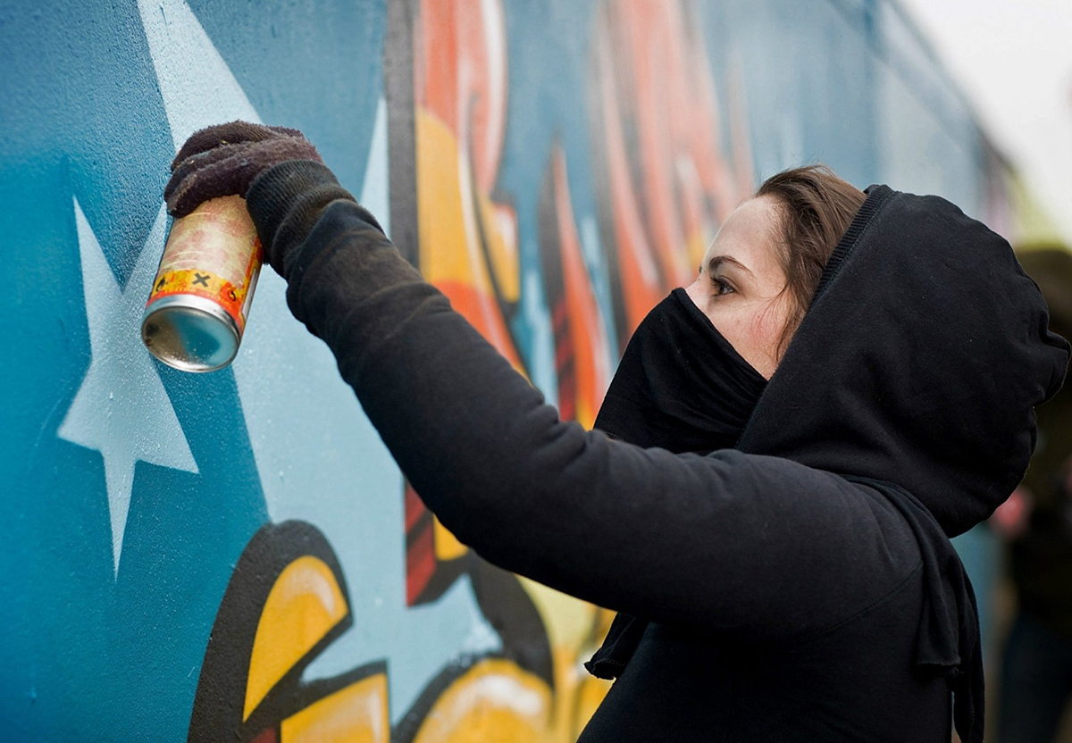Women-Street-Art-Gril-Spraying