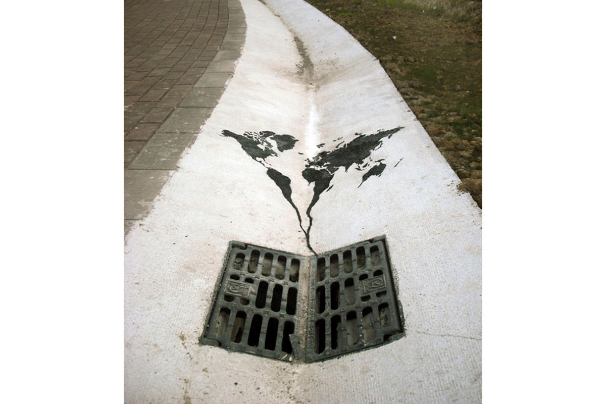 Pejac - The world going down the drain - Santander, Spain, 2014